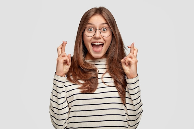 Radosna młoda europejka o długich włosach, z szeroko otwartymi ustami ze zdumienia