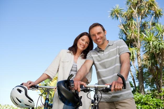 Radosna para z ich rowerami