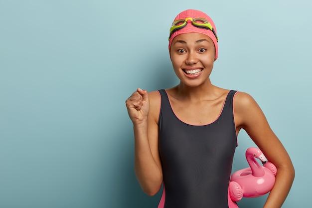 Radosna pływaczka z gogle