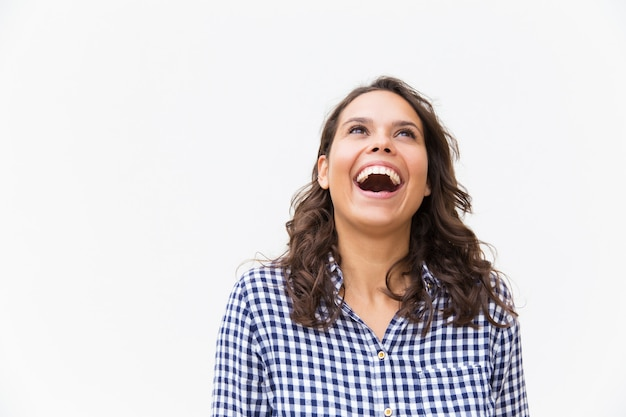 Radosna podekscytowana kobieta śmieje się z żartu