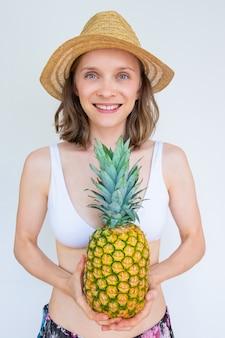 Radosna pozytywna piękna kobieta w lecie odziewa