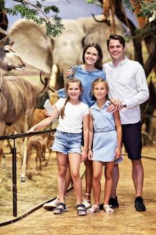 Radosna rodzina w muzeum przyrody
