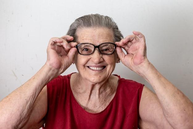 Radosna starsza dama w szkieł śmiać się