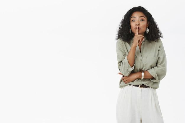 Radosna zachwycona i entuzjastyczna czarująca czarnoskóra kobieta w modnym stroju