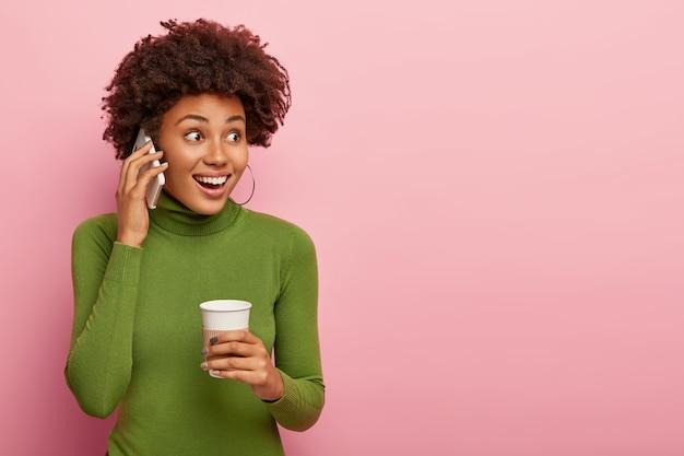 Radosna zaskoczona suczka o radosnym wyrazie, prowadzi rozmowę telefoniczną