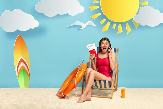 Radosna zdziwiona kobieta dzieli się wrażeniem o wygraniu losów na odpoczynek w loterii, ma niezapomniany wypoczynek w ośrodku wypoczynkowym