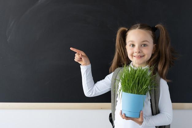 Radosne dziecko w szkole gospodarstwa roślin