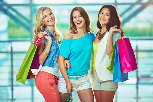 Radosne dziewczyny z torby na zakupy