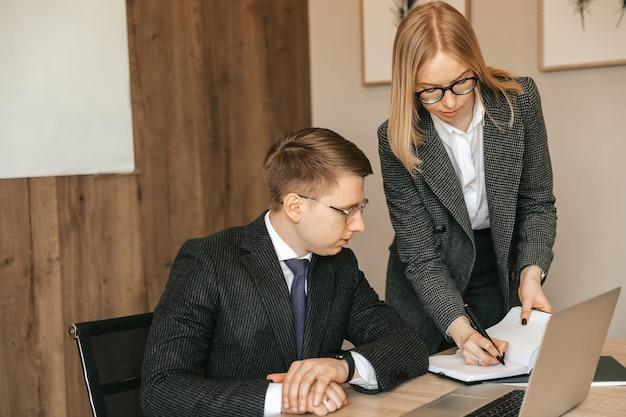 Radosne, odnoszące sukcesy koledzy wykonują papierkową robotę w nowoczesnym biurze