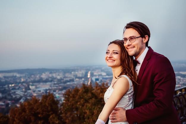 Radosne uśmiechy kochanka faceta i dziewczyny