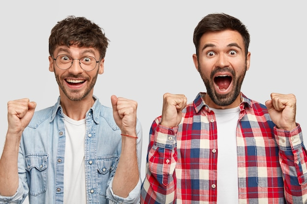 Radosni młodzi towarzysze świętują swój sukces, krzyczą i zaciskają pięści, mają radosne miny