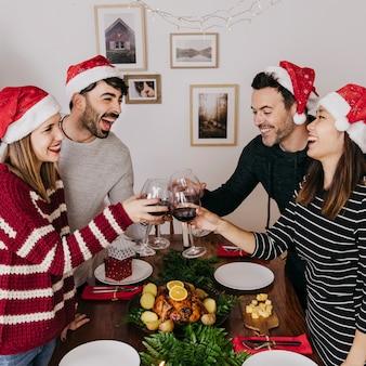 Radośni przyjaciele przy boże narodzenie gościem restauracji