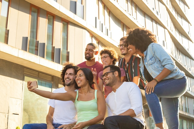 Radośni szczęśliwi wieloetniczni przyjaciele biorą grupowego selfie