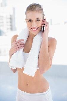 Radosny młody blondynka model robi rozmowie telefonicza
