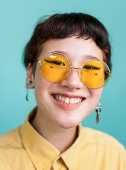 Radosny model w żółtych okularach