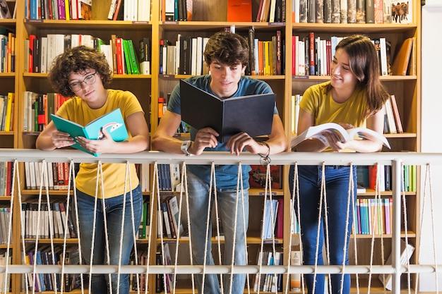Radosny nastolatek czyta blisko ostro protestować