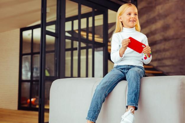 Radosny nastrój. atrakcyjna dziewczyna wyrażająca pozytywne nastawienie będąc w domu