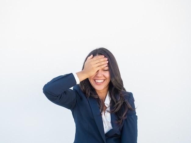 Radosny szczęśliwy bizneswoman śmia się przy śmiesznym żartem