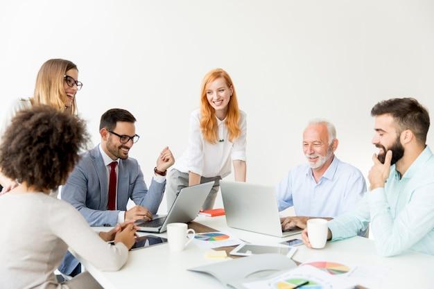 Radosny wielorasowego zespołu w pracy w nowoczesnym biurze