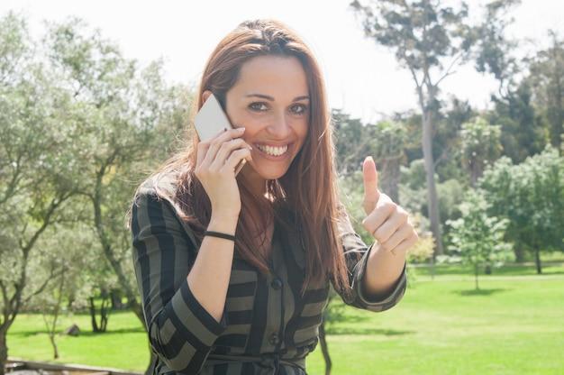 Radosny zadowolony klient z telefonem komórkowym