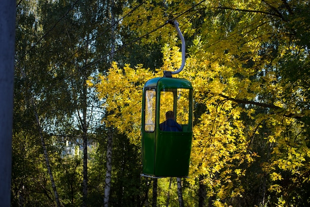Radziecka futurystyczna kolejka linowa w charkowie w parku gorkiego