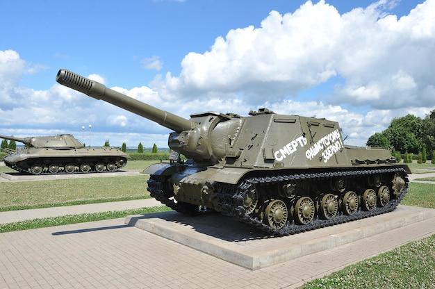 Radziecki czołg isu-152 na polu prochorowka