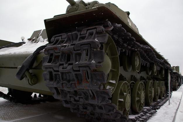 Radziecki czołg na poligonie zimą. rosyjski sprzęt wojskowy