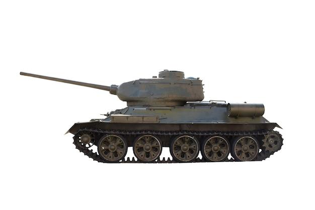 Radziecki czołg t-34 stoi bokiem w jasnym słońcu na czystym białym tle z wycinek.