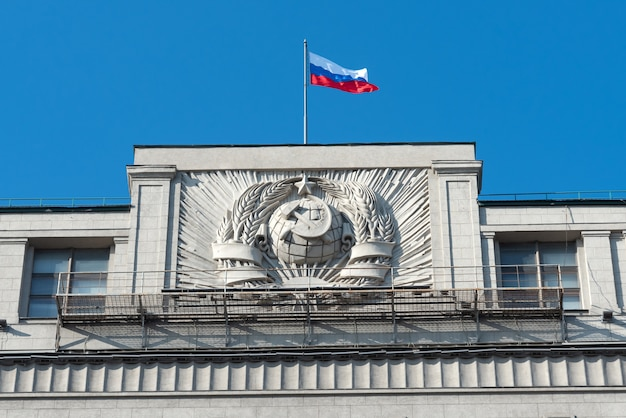Radziecki herb na ścianie na szczycie budynku dumy państwowej w moskwie