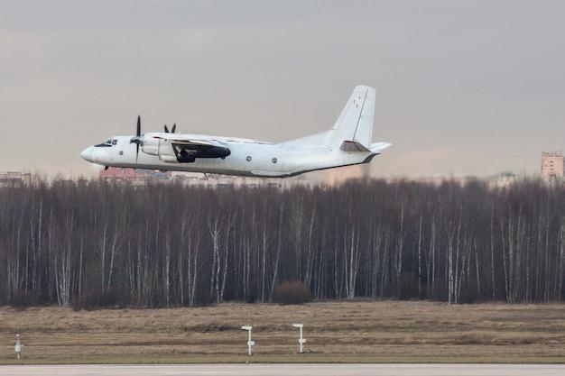 Radziecki samolot pasażerski turbośmigłowy po starcie w pochmurny dzień