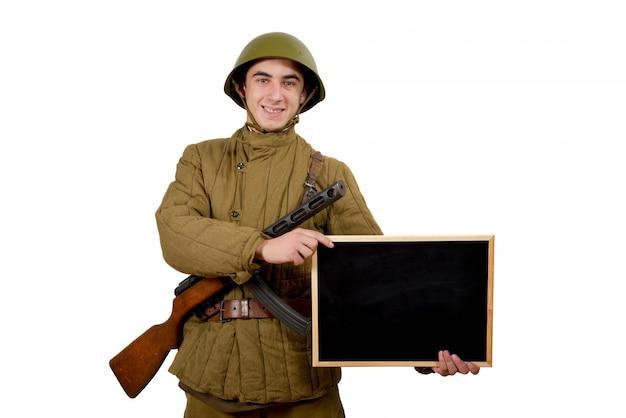 Radziecki żołnierz pokazuje znak
