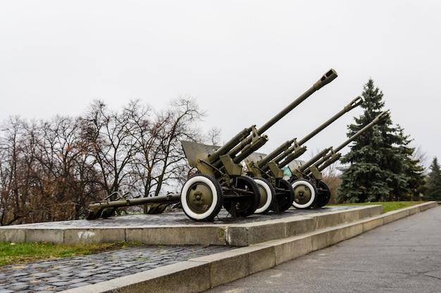 Radzieckie działo w parku wielkiej wojny ojczyźnianej w kijowie na ukrainie