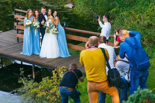 Radzivilki, białoruś - 10 października: fotografowie strzelają do drużbów i druhny na warsztatach ślubnych w dniu 10 października 2016 r. w radziwiłkach na białorusi