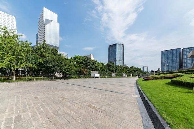 Raffles city, panoramiczna linia horyzontu i budynki z pustym betonowym kwadratem podłogi w chengdu, c