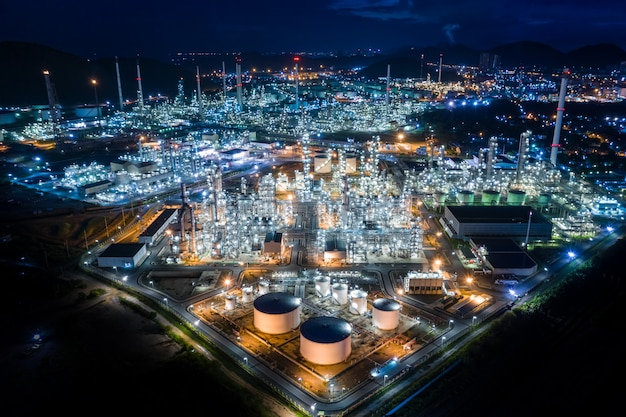 Rafineria oleju roślinnego i przemysłu produktów petrochemicznych w tajlandii w nocy