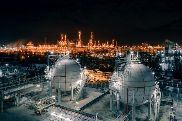 Rafineria ropy i gazu w nocy