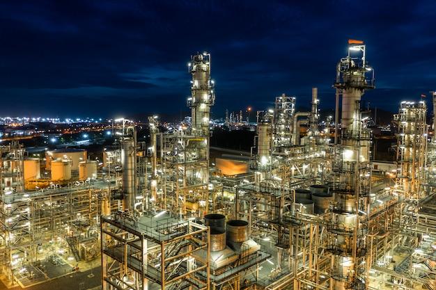 Rafineria ropy naftowej i gazowy przemysł petrochemiczny ze zbiornikami stalowymi rurociągami w obszarze rurociągu o zmierzchu z lotu ptaka z drona