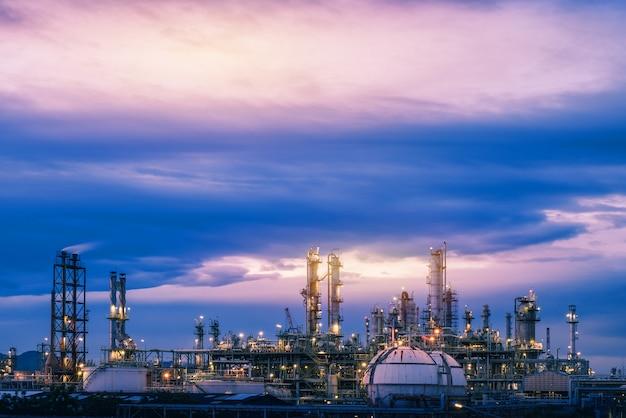 Rafineria ropy naftowej i gazu lub przemysł petrochemiczny na tle zachodu słońca nieba, fabryka z wieczorem, produkcja przemysłu petrochemicznego