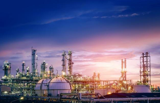 Rafineria ropy naftowej i gazu lub przemysł petrochemiczny na zachodzie słońca na niebie, fabryka z wieczorem, produkcja przemysłu petrochemicznego