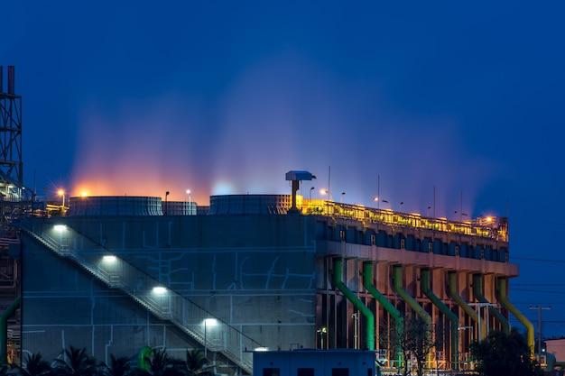 Rafineria ropy naftowej i gazu w niebieskiej godzinie.