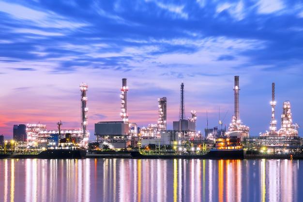 Rafineria ropy naftowej przemysłowa przy zmierzchem w tajlandia.