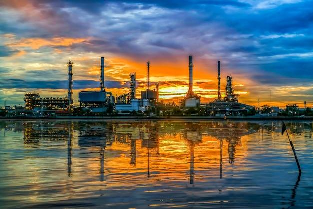 Rafineria ropy naftowej przy mroczną chao phraya rzeką, tajlandia