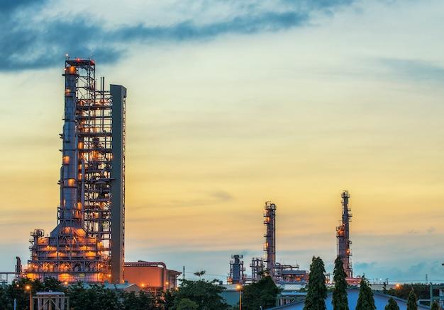 Rafineria ropy naftowej przy wschodem słońca