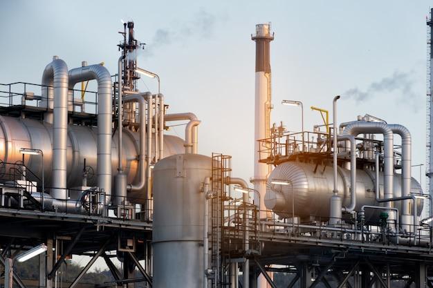 Rafineria ropy naftowej roślina lub chemia przemysłowa przy rankiem dla przemysłowego pojęcia.