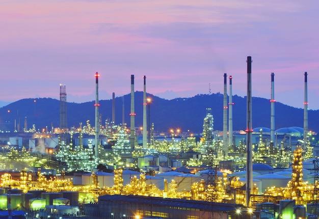 Rafineria ropy o zmierzchu