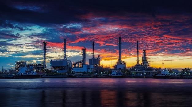 Rafinerii ropy naftowej przemysłu roślin wzdłuż zmierzchu rano.