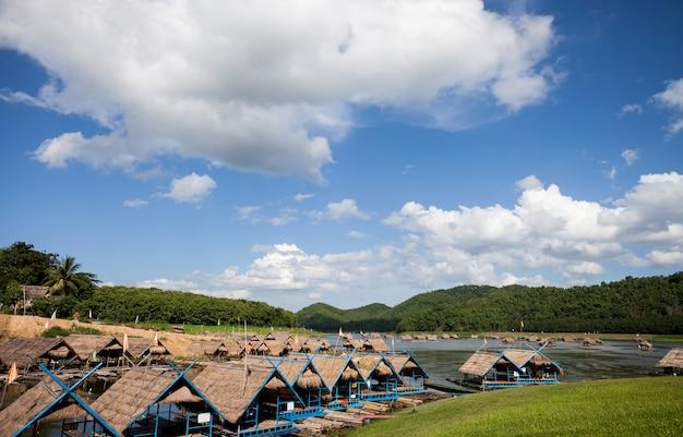 Rafting z chmury błękitne niebo w rzece górskiej, tratwy domek