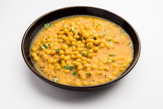Ragda to indyjskie curry z suszonego białego groszku podawane w misce. to aromatyczne, lekko pikantne i pikantne curry podawane zwykle z kotletem ziemniaczanym zwanym pattice