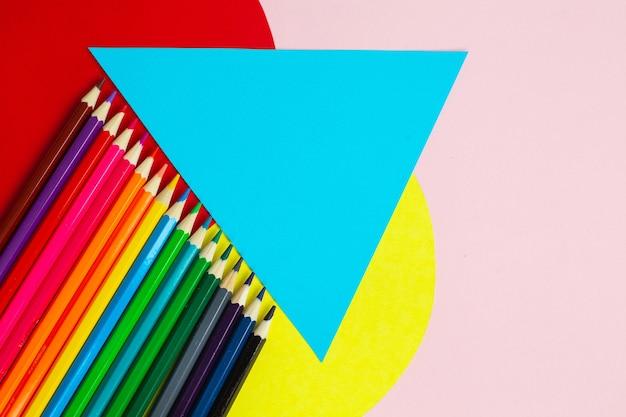 Rainbow jasne kolorowe kredki na kreatywnym kolorowym tle.