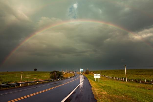 Rainbow po burzy na mokrej autostradzie